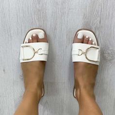 Kvinnor PU Flat Heel Sandaler Platta Skor / Fritidsskor Peep Toe Tofflor med Spänne Solid färg skor