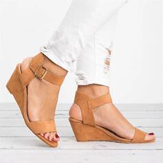 Kvinnor PU Kilklack Sandaler Kilar Peep Toe Klackar med Spänne Solid färg skor